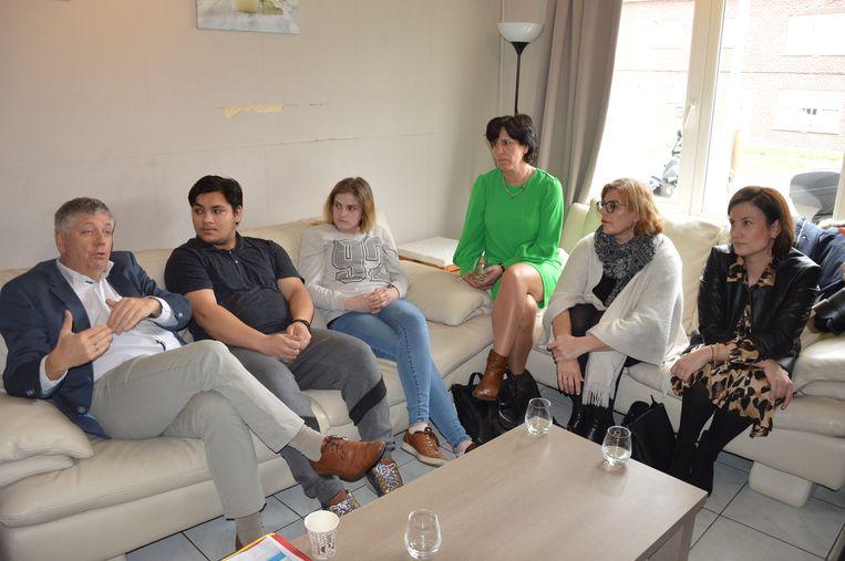 Minister Jo Vandeurzen op bezoek in één van de woning voor jongeren in Ninove.