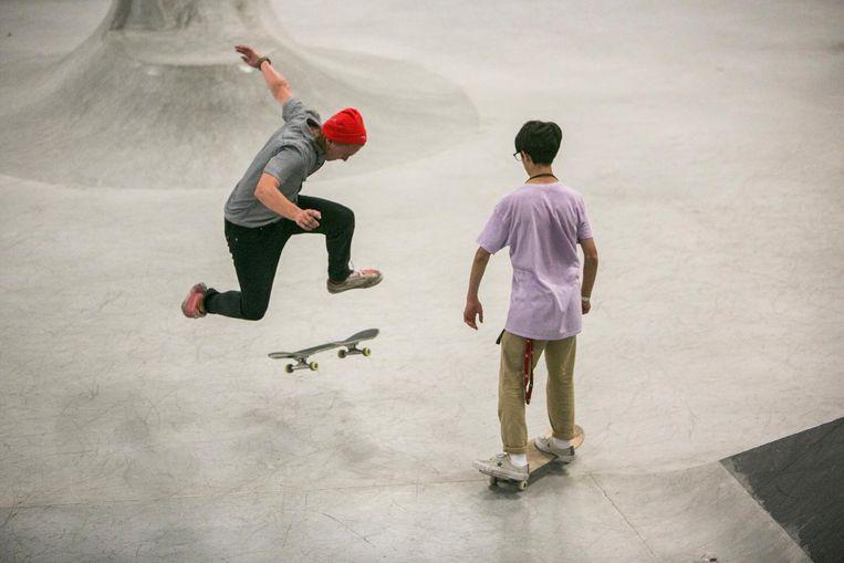 Het park wordt intensief gebruikt. Vooral onder jonge meiden is skateboarden erg populair. Beeld Amaury Miller