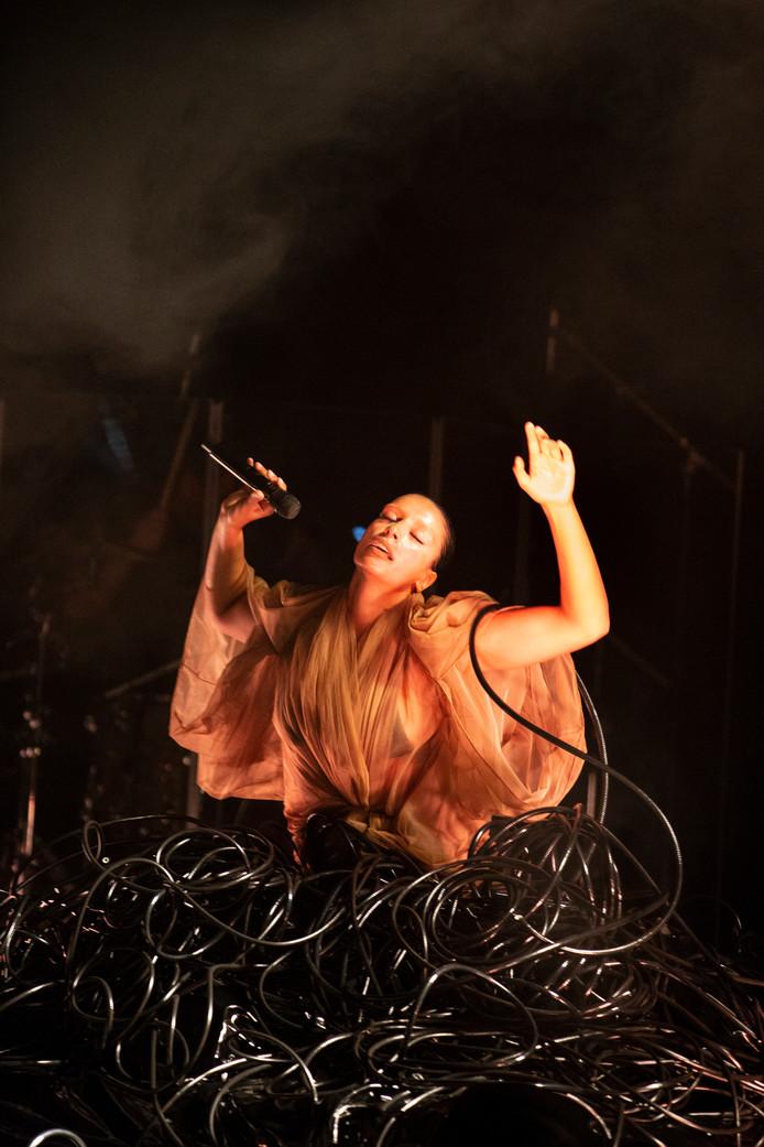 Sevdaliza ontroert miljoenen mensen met haar meeslepende shows, waarin ze zingt als een nachtegaal en zich voortbeweegt als een slang: provocerend en ongrijpbaar tegelijk.