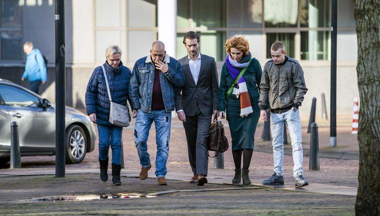 Advocaat Sebas Diekstra arriveert op de tweede procesdag bij de rechtbank met Rene Verschuur, de vader van Roos Verschuur, een van de slachtoffers van de schietpartij in een tram op het 24 Oktoberplein in Utrecht in maart 2019. Beeld ANP