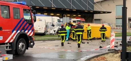 Aanrijding tussen busje en auto in Tilburg, bestuurder overleden