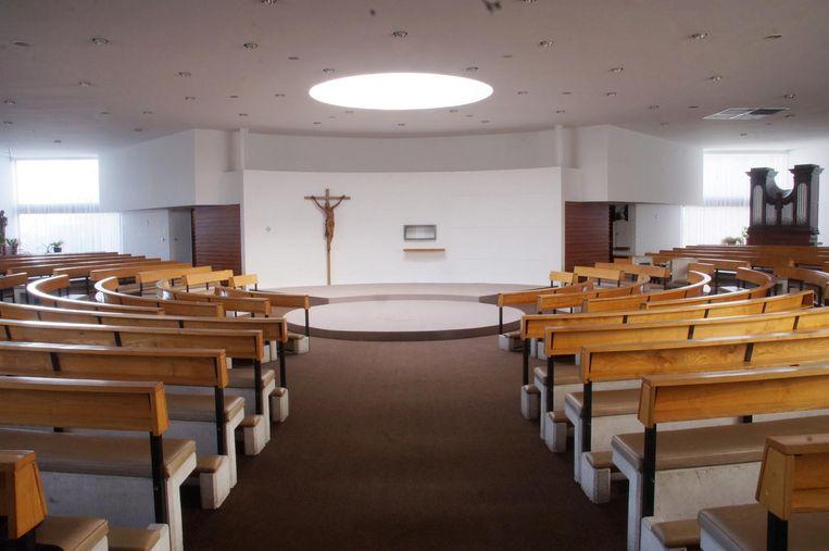 De kerk heeft vandaag binnenin een halve ronde met betonnen zitbanken met houten leuningen. Daarop wordt een nieuwe houten vloer gelegd.