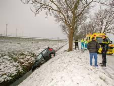 Auto belandt in sloot tijdens ritje over spiegelgladde Rijksstraatweg