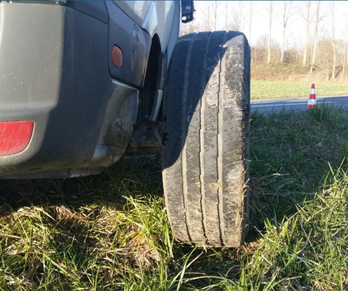De achteras stond enkele tientallen centimeters naast het busje.