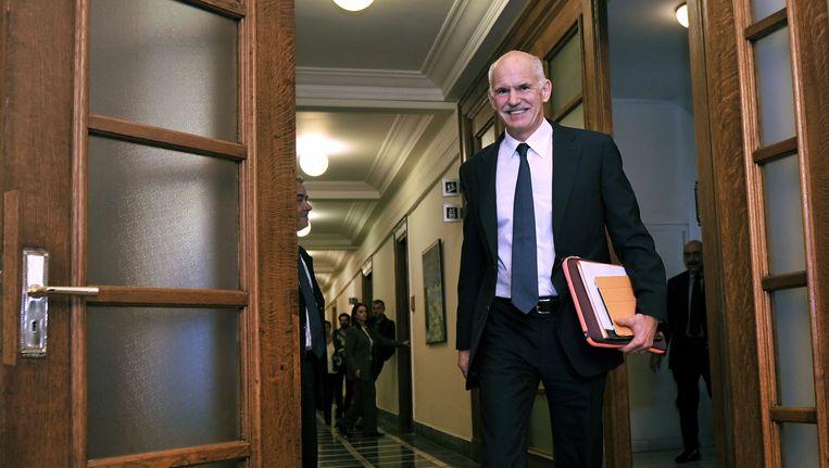 De Griekse premier Papandreou voorafgaand aan crisisberaad met zijn ministersploeg, vandaag. Beeld afp
