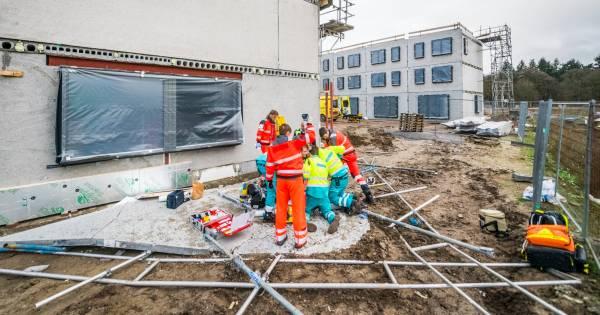 Bouwvakker overleden na ongeluk op bouwplaats in Eindhoven: 'Er werd geschreeuwd: er ligt iemand onder'.