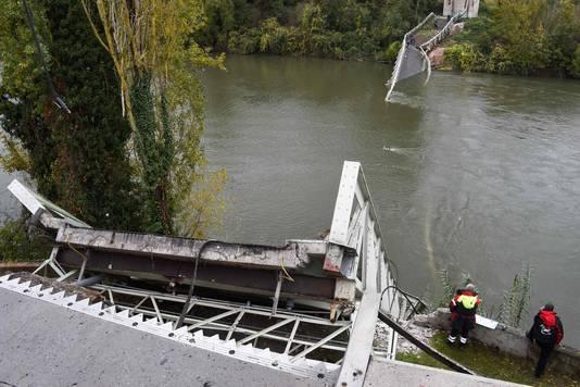 Een 15-jarige meisje kwam om het leven toen de brug instortte, haar moeder kon worden gered.