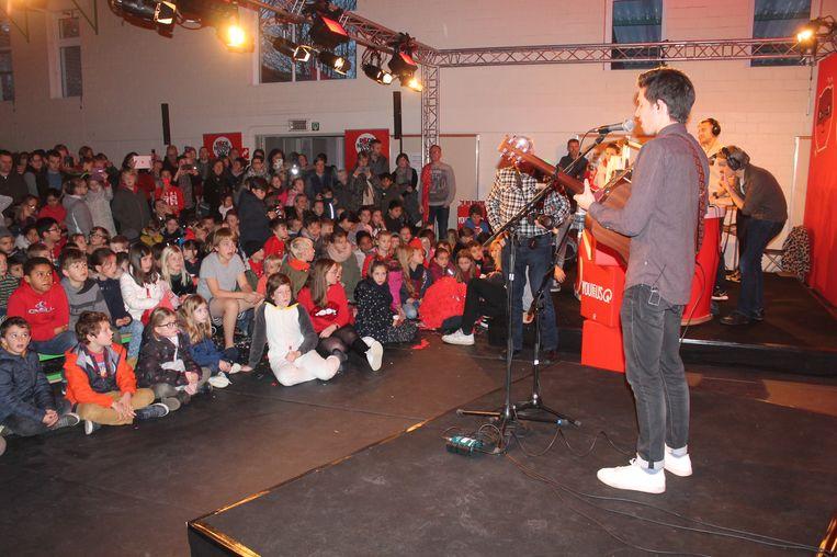 Singer-songwriter Milo Meskens speelde een verrassingsoptreden voor de aanwezige leerlingen.