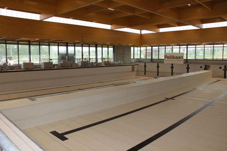 Het nieuwe zwembad heeft een beweegbare bodem en wand, in de recreatiezone komen twee glijbanen.