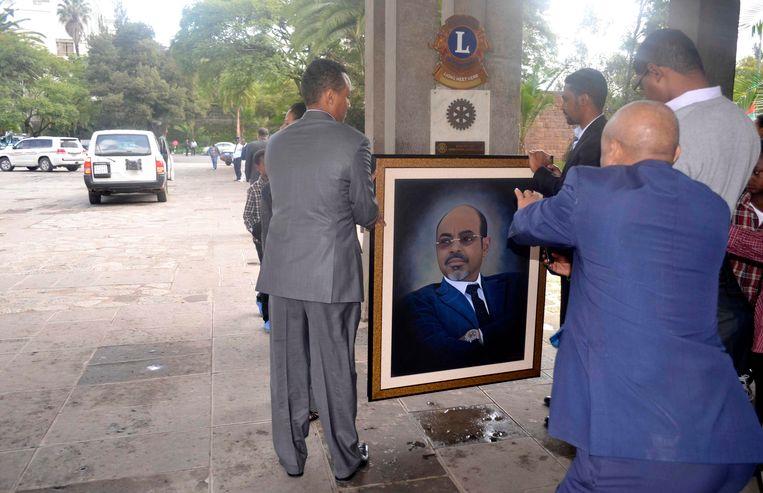 Ethiopische ambtenaren met een portret van president Meles Zenawi, na zijn dood in 2012.  Foto Reuters  Beeld -Reuters