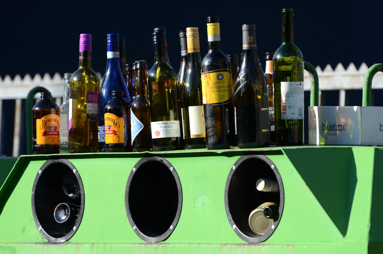 Wegens de sluiting van de horeca tijdens de coronacrisis wordt er meer thuis gedronken. Dat leidt in Nijmegen tot overvolle glasbakken.
