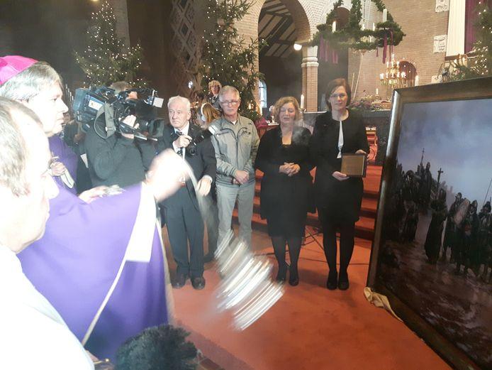 Hulpbisschop Mgr. Mutsaerts zegent het schilderij met wierook.