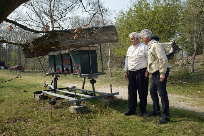 Piet Flikweert (links) en Helle van der Roest bij de kasten die Flikweert heeft staan in de boswachterij Westerschouwen