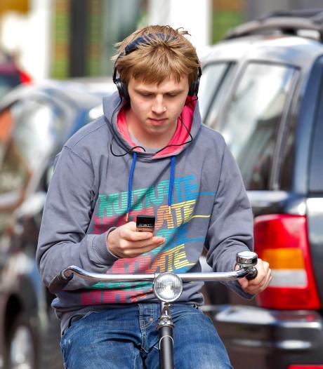 Tiental fietsers in de regio beboet voor gebruiken mobiele telefoon