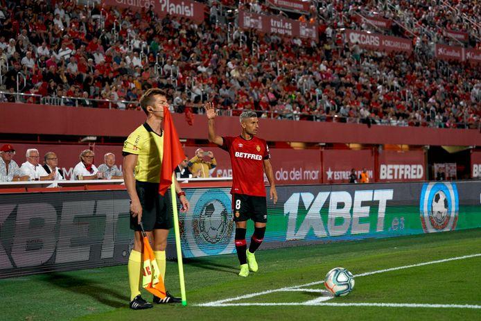 Salva Sevilla staat op het punt een corner te nemen voor Real Mallorca.