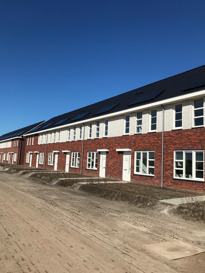 Het loopt voorspoedig met de uitbreiding van nieuwbouwwijk Zuidbroek in Wierden. Nijhuis Bouw B.V. heeft de eerste woningen opgeleverd