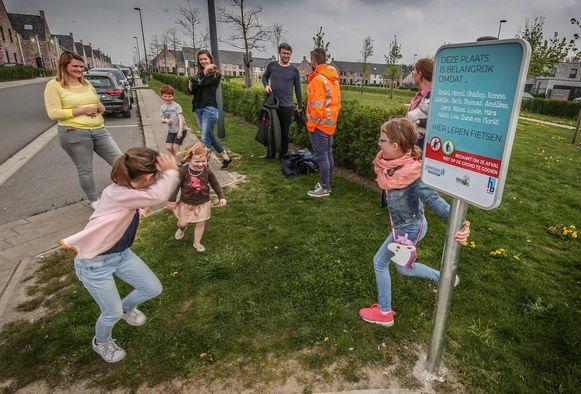 Imog en de stad Harelbeke kiezen een erg persoonlijke aanpak op zwerfvuilborden: op de borden staan namen van omwonenden die telkens oproepen om hun buurt proper te houden 'omdat ik hier leer paardrijden' of 'omdat wij hier leren fietsen'.