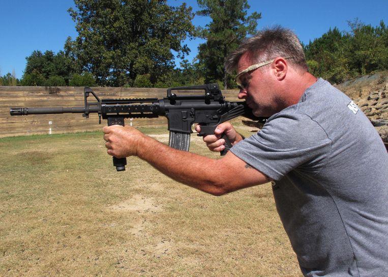 Schiet-instructeur Frankie McRae met een half-automatische AR-15, voorzien van een bump stock, op zijn schietclub in Bunnlevel in North-Carolina. De AR-15 is een van de meest verkochte half-automatische geweren in de VS Beeld ap