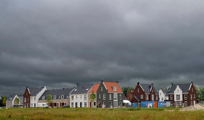 Donkere wolken pakken zich hier letterlijk samen boven De Plantage, maar het gaat steeds beter met de nieuwbouwwijk