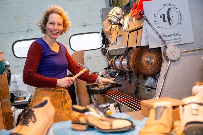 Renza Frings in haar Schoenmakerij.