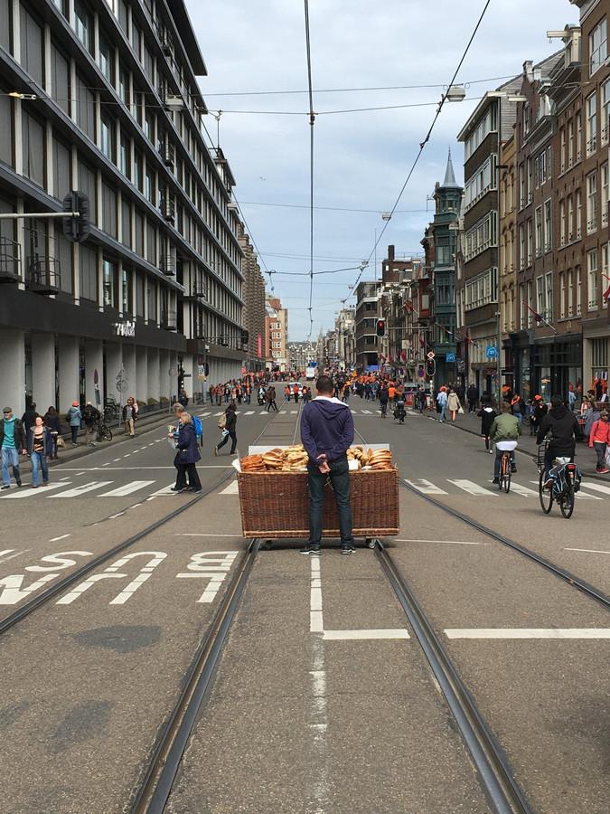 Een broodjesverkoper maakt vorig jaar gretig gebruik van de verkeerloze straat