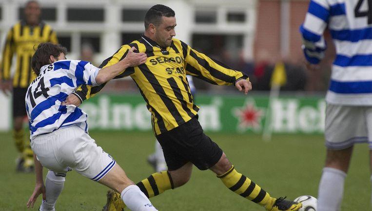 Een speler van FC Chabab in het geelzwarte tenue van de club. Beeld Marcel Israel