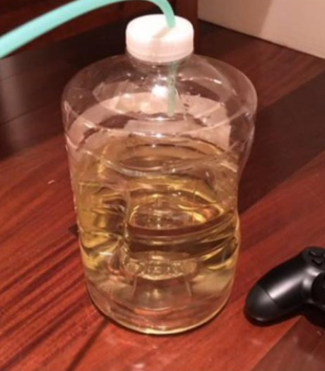 Gameverslaafde jongen verliest fles vol plas