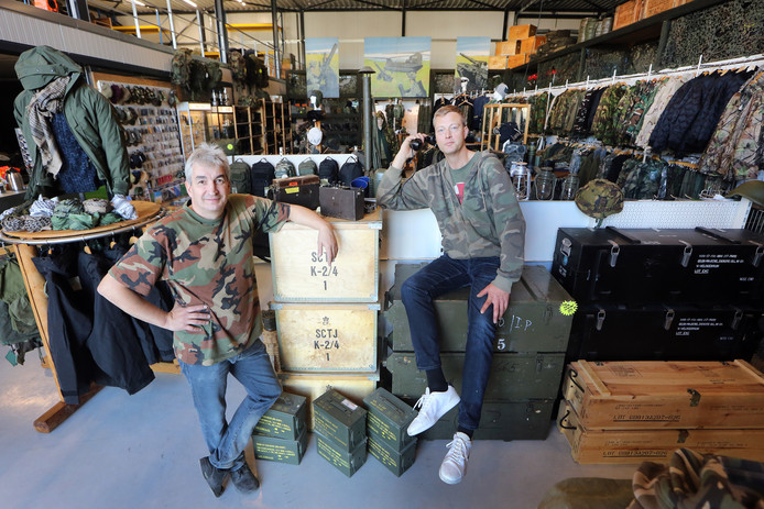 20181108 - Het bedrijf 'Dump Company' . Chris-Jan van Hees (L) en Jan Markveld (R) in de winkel. FOTO: RAMON MANGOLD/PIX4PROF