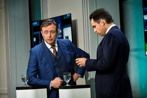 Bart De Wever en Tom Van Grieken in het Vlaams Parlement tijdens de verkiezingsavond.