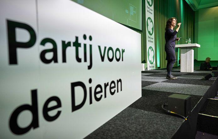 Fractievoorzitter Esther Ouwehand van de Partij voor de Dieren (PvdD) heeft vragen gesteld aan minister Schouten over de eendensector op de Veluwe en in Flevoland.