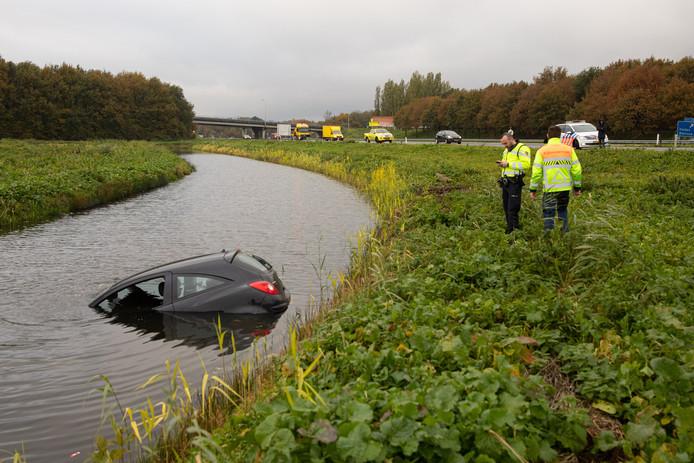 De in het water geraakte auto langs de A27.