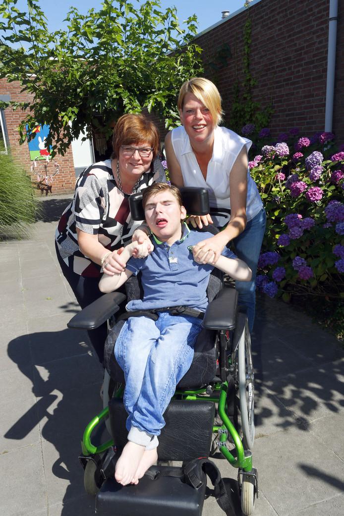 Sjoerd met zijn moeder Alda (links) en verpleegkundige  Regien Vos. Foto Bert Janssen/fotomeulenhof
