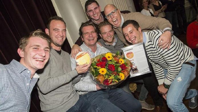 Het team van In de Karkol met in het midden eigenaar Bart Hochstenbach werd in 2014 al uitgeroepen tot het beste café van Limburg.