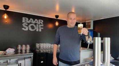 Coronavirus houdt pas opgericht rijdend café maanden aan de kant, maar nu tapt Jurgen (42) eindelijk pintjes in Baar Soif