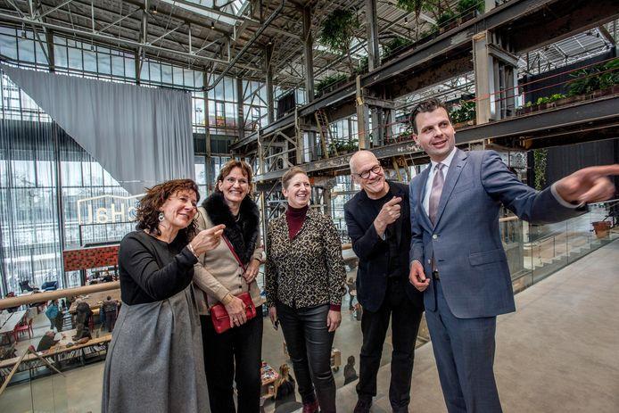 Wethouders Marcelle Hendrickx (links) en Berend de Vries (rechts) bewonderen samen met architecten Francine Houben, Ingrid van der Heijden en Job Roos (vlnr.) de LocHal. Samen met het Spoorpark staat de LocHal symbool voor de ongebreidelde ambitie en optimisme dat de afgelopen twee jaar in Tilburg heerste.