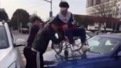 Hilarische Chinezen wandelen over auto's op zebrapad