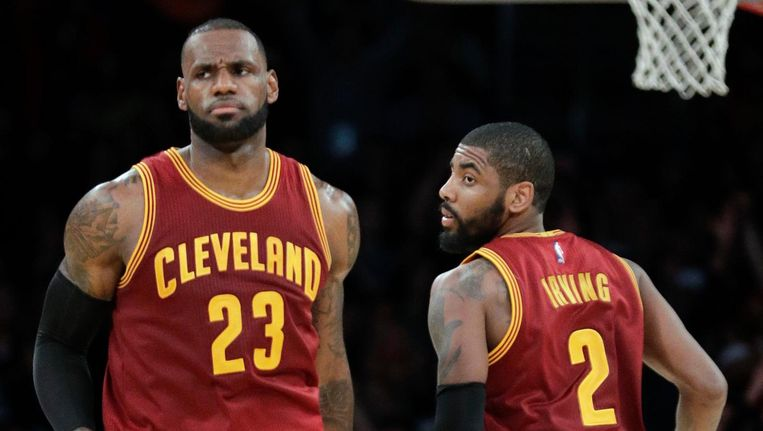 LeBron James (L) en Kyrie Irving van Cleveland Cavaliers, een van de NBA teams die meedoen aan boycot van Trump Hotels Beeld ap