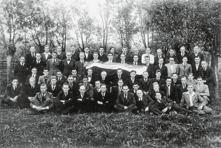 Onderduikers en verzetsstrijders poseren in Benschop, september 1944.  Beeld Jakob de Jong/ privécollectie De Vos-Klever