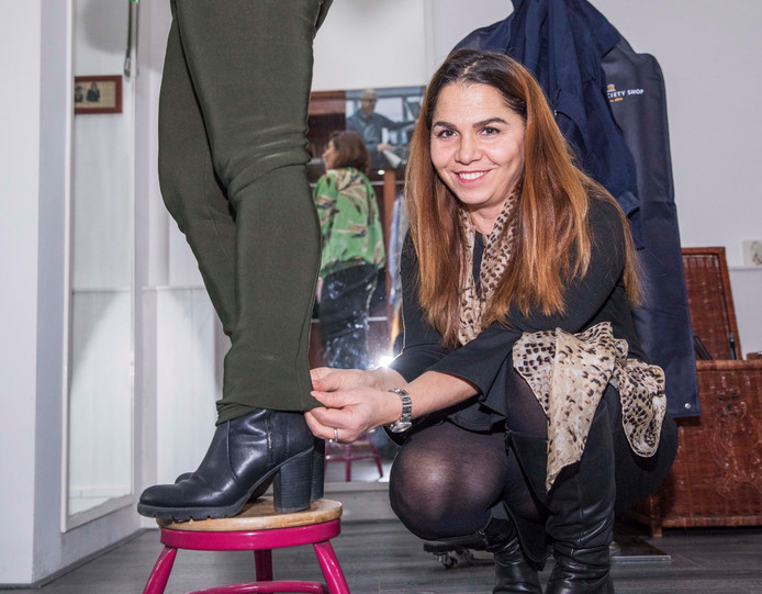 """,,Het vak van kleermaker is een veelzijdig ambacht"""", zegt Mediha Kaplan, die werkloze 50-plussers gaat omscholen naar kleermaker."""