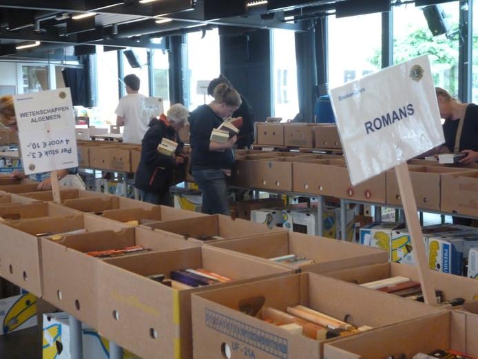 De boekenverkoop door de Lions De Maashorst.