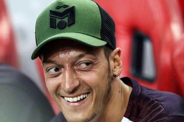Mesut Özil op de bank tijdens een wedstrijd van zijn club Arsenal in Singapore op 26 juli. Beeld AP