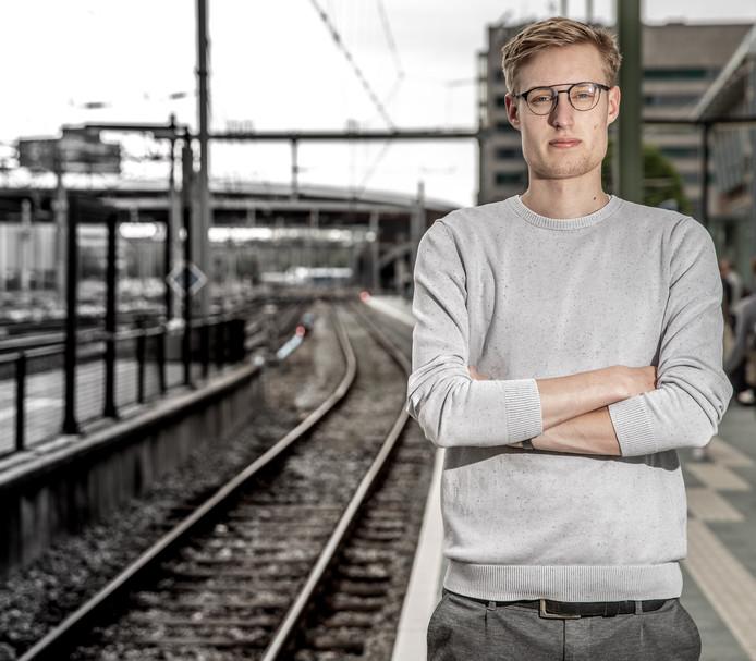 Seth Esenkbrink op het Zwolse station, waar zijn overgrootvader werd gearresteerd.