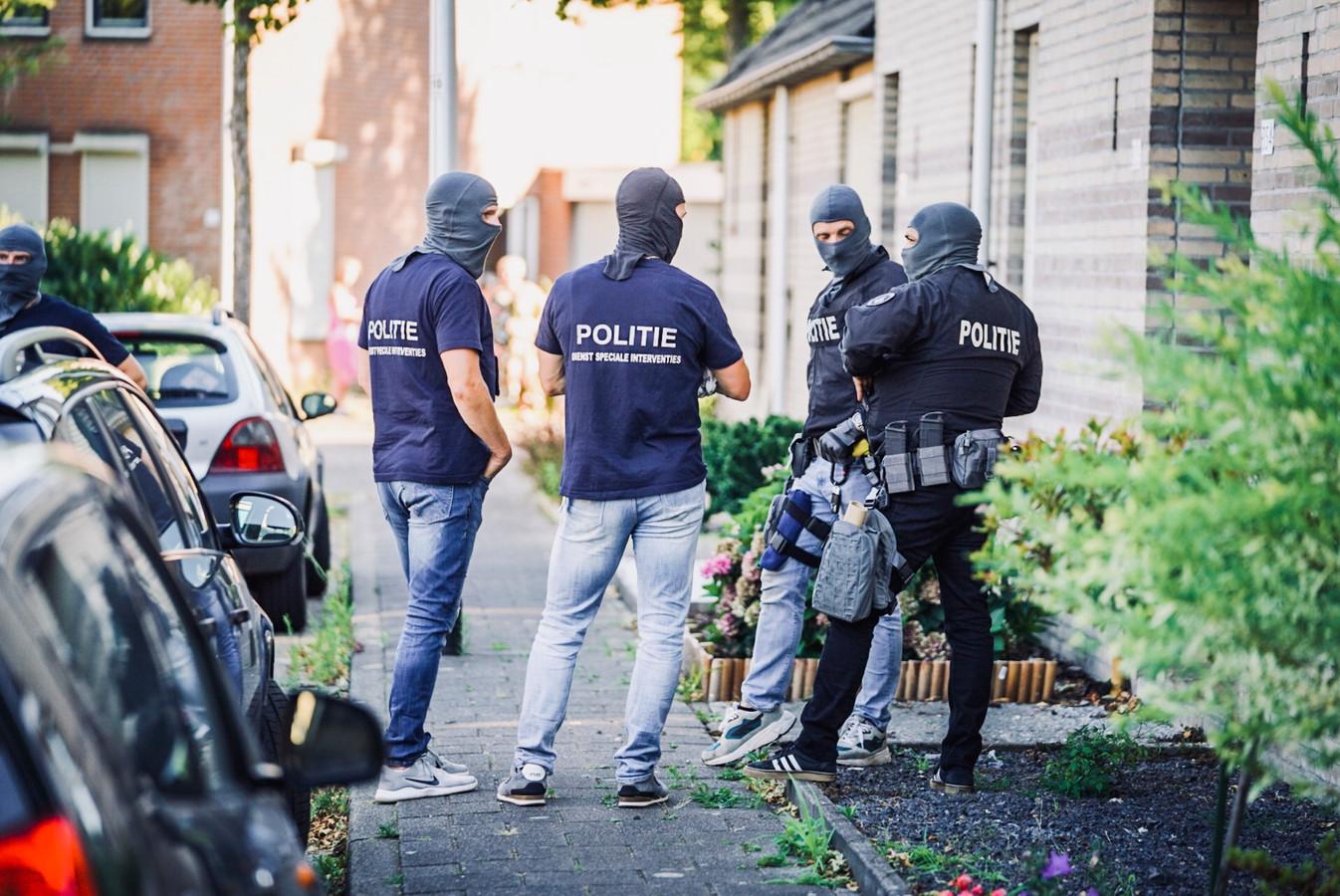 Arrestatieteam valt woning in Helmond binnen