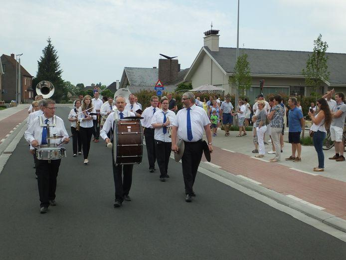 De fanfare tijdens de opening van de Houtstraat.