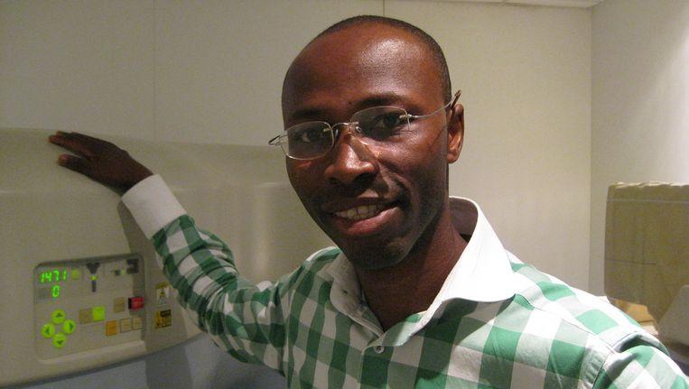 Samuel Waterberg bij een van de apparaten in het naar Nederlands model opgezette Diagnostic Centre in Accra. Hij was er tot voor kort directeur. Beeld wb