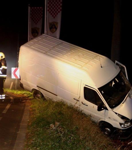 Busje knalt tegen boom op in Heeswijk-Dinther; bestuurder aangehouden