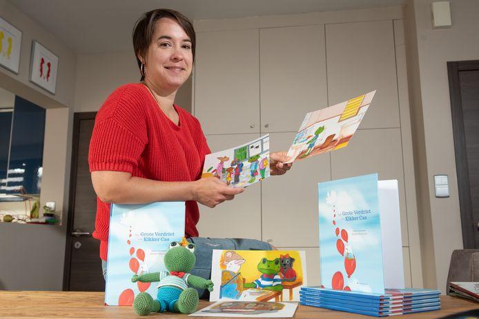 Hélène Poncelet met Kikker Cas, de tekeningen en het boek.