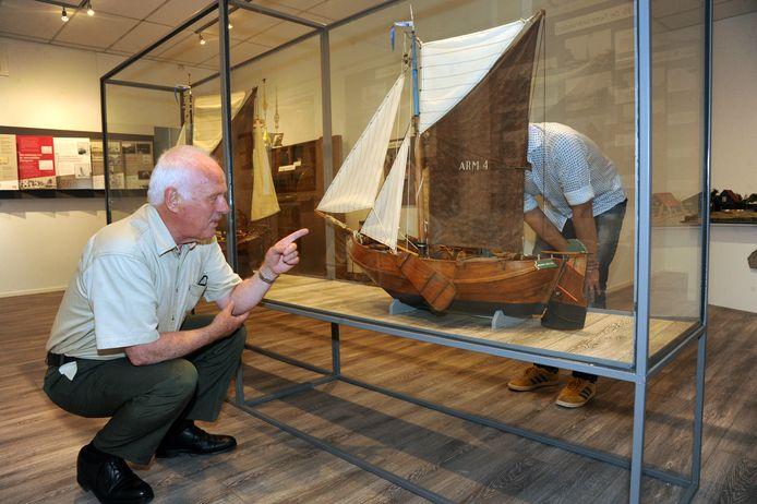 Leen Schouls geeft privé-rondleidingen in het Museum Arnemuiden. Zo wil het museum ervoor zorgen dat bezoekers veilig door het museum kunnen, anderhalve meter afstand kunnen houden, en meer leren over de geschiedenis van Arnemuiden dan wanneer ze zelf rondlopen.