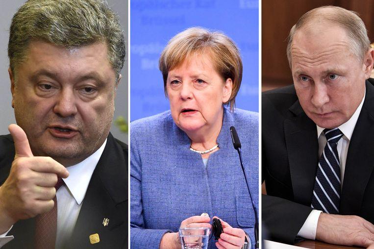 Angela Merkel (midden) belde met zowel Porosjenko (L) als Poetin (R).