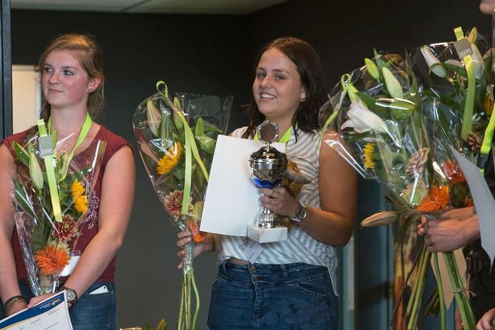 Prijswinnares Loes de Ruiter straalt met haar eerste prijs.